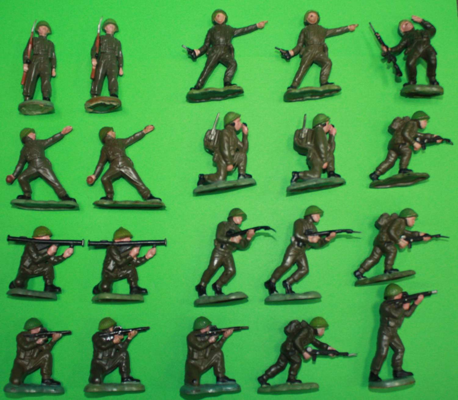 A GROUP OF 20 1960'S BRITAIN'S PLASTIC MODERN BRITISH ARMY TROOPS
