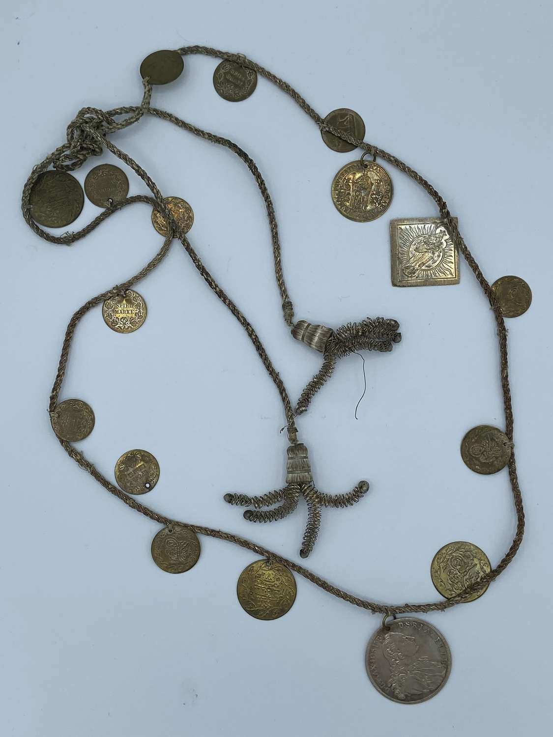 1850s Brass Gambling Spielmarke x 17 Tokens Necklace